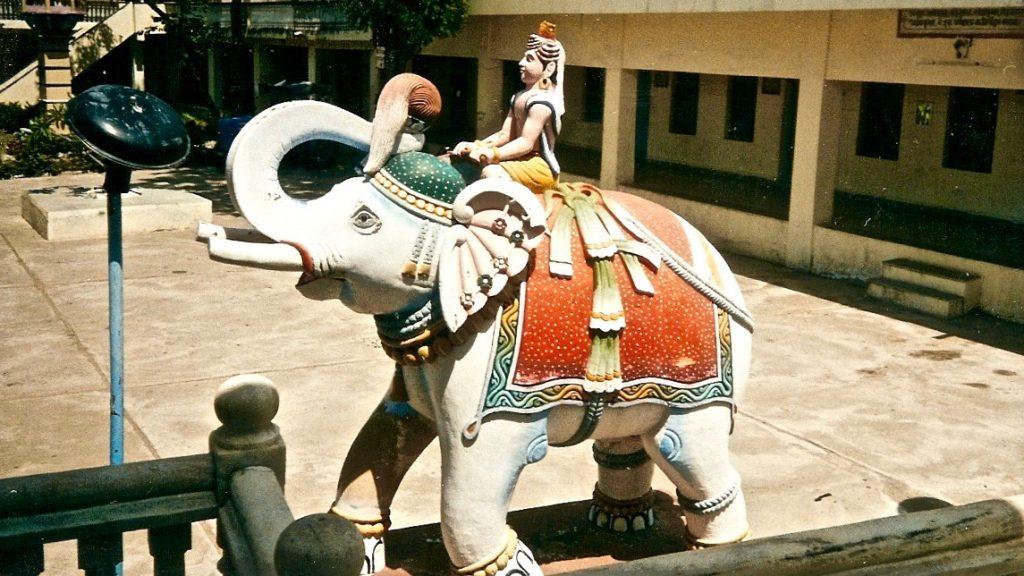 Cuevas de Pandav ( Shiva en elefante blanco)